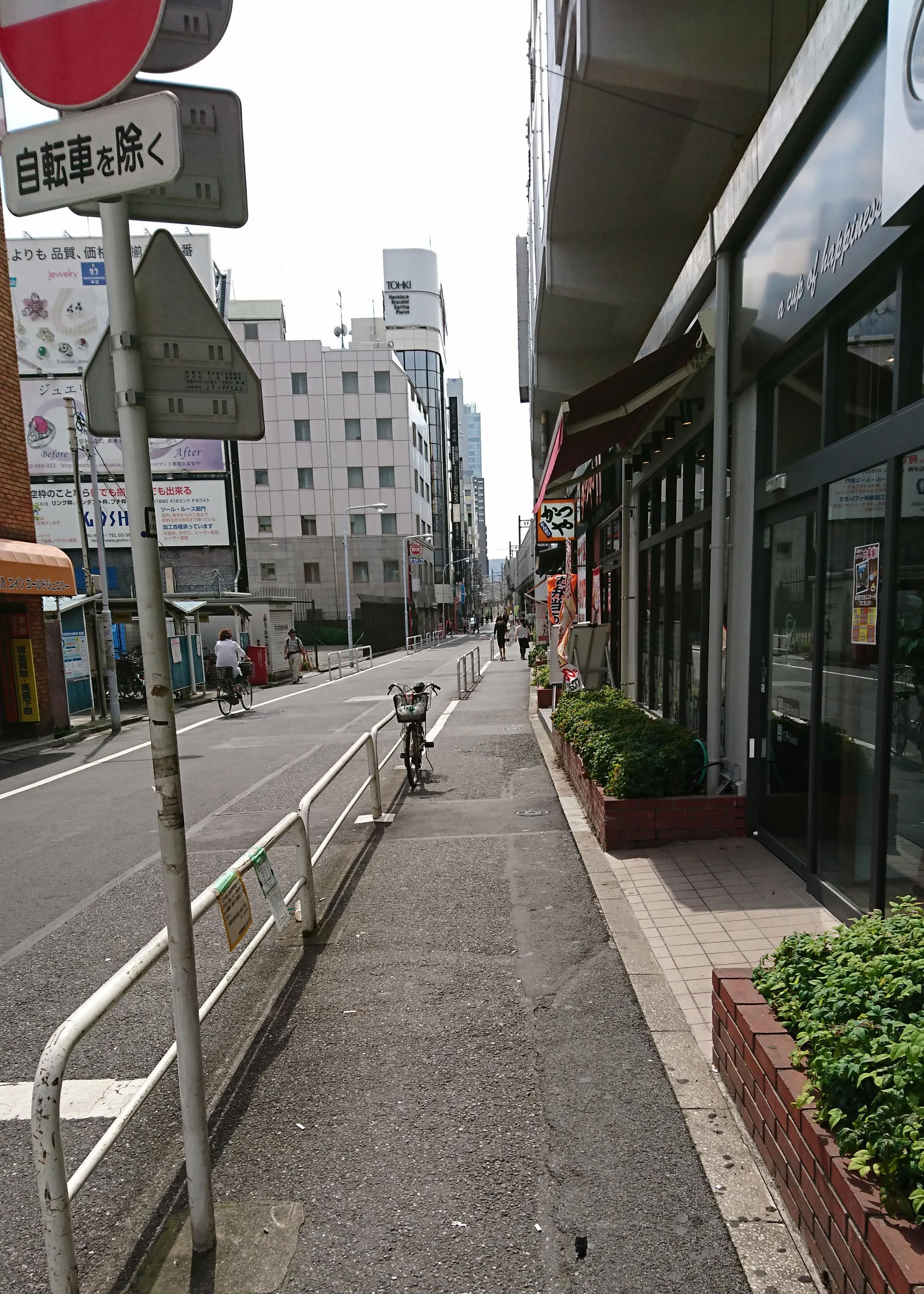 写真3・JR御徒町駅駅南口の高架沿いの道